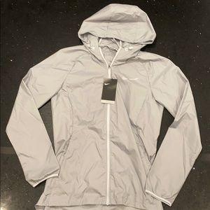 Nike essential lightweight water repellent jacket